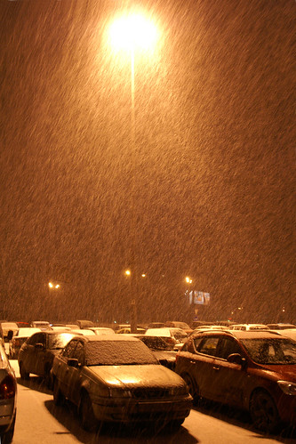 Позавчера вечером выхожу из Ашана с тележкой на парковку и вижу вот это.