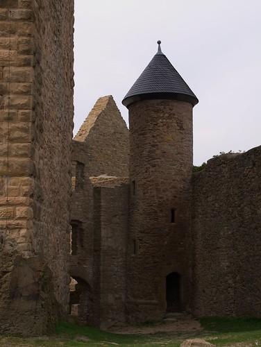 Türmchen zwischen alten Mauern
