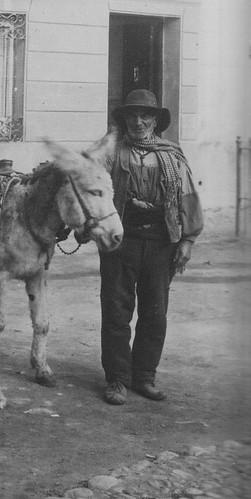 Aguador en la Plaza del Padre Juan de Mariana (Toledo). Foto Abelardo Linares hacia 1915. The Hispanic Society of America