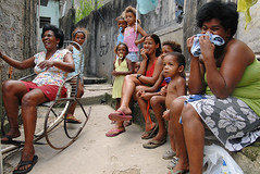 Morro da Providncia/RJ (Rato Diniz) Tags: street people woman smile brasil riodejaneiro children person amusement alley pessoa pessoas community women rj child maes gente cotidiano mulher hill crowd centro group central mother happiness daily mothers diverso grupo mae alegria sorriso rua criana mulheres crianas favela morro me daybyday slum beco providencia comunidade diversao morrodaprovidencia mes centrodorio viela diaadia multido ratao icenter comunidadepopular multidao rato espaopopular ratodiniz rataodiniz riverofjanuary popularcommunity ispacepopular faveladaprovidencia makesarrangements idieoftheitmakesarrangements slumoftheitmakesarrangements centeroftheriver