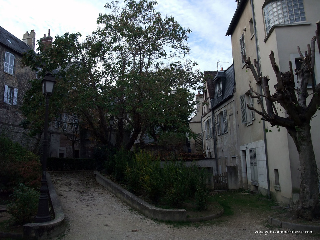 Pequena praça, no meio das muralhas