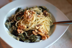 Spaghetti with parmesan, walnuts, kale and caramelized onions