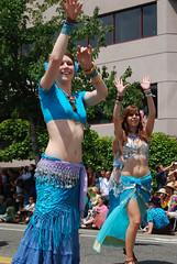 132 - Belly Dancers Close (Sotosoroto) Tags: seattle blue smile fun washington dance colorful wave bellydancer dancer fremont parade fremontsolsticeparade solsticeparade fremontparade píríuso hívuítoví