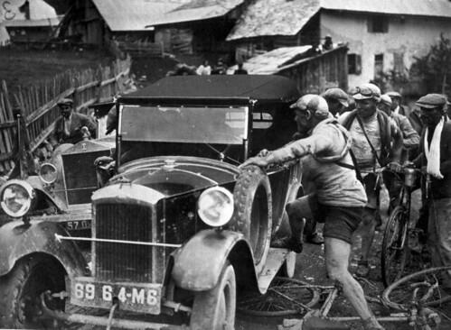 Aangereden door een auto / Hit by a car by Nationaal Archief