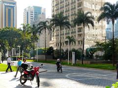Rua Edward Weston, São Paulo (Arimm) Tags: street building tree grass bike brasil leaf pavement walk palm sidewalk motorbike moto paulo são correntedefotos causeway motorbicycle fz18 arimm