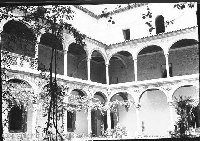 Museo de Santa Cruz a principios del siglo XX. Fototeca de la Universidad de Sevilla. Tomada el 24-8-35 por Antonio Sancho