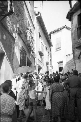 Población civil agrupada en la Cuesta de San Justo de Toledo durante la Guerra Civil. Fondo del Estudio Fotográfico Alfonso. Archivo General de la Administración. Ministerio de Cultura