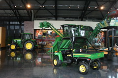 09APR05_153 (emzepe) Tags: usa america john us illinois il showroom pavilion amerika deere agricultural the moline killts gp gpek csarnok mezgazdasgi bemutatterem killtcsarnok gpgyr