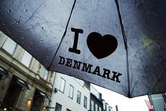 Unser Souvenir - Ein instabiler Regenschirm (das_sabrinchen) Tags: rain umbrella copenhagen denmark norden dänemark kopenhagen ostsee regen regn københavn frühling regenschirm paraply