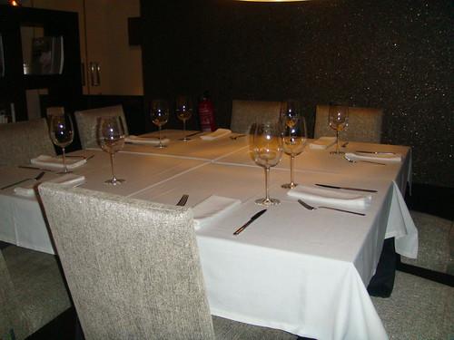 Mesa amplia para ocho personas