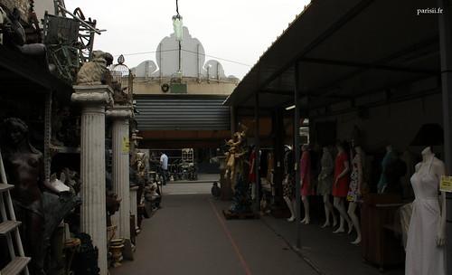 Les statues en pierre font face aux mannequins des boutiques