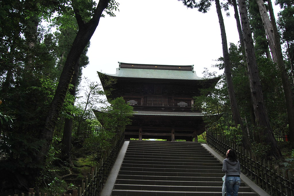Vero subiendo las escaleras del Engaku-ji