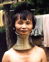 Paduang tribe Woman (Bangkok Blue Johnson) Tags: travel portrait people portraits neck necklace asia southeastasia long village faces burma traditional hill tribal karen ring rings longneck tribes myanmar tribe ethnic brass burmese mujeres birma coils bodymodification indigenous villagers hilltribes padang