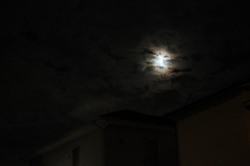 雲の合間の月