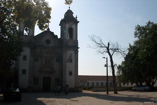 Esta capela, a Capela da Nossa Senhora da Penha de França, é anterior à fábrica, e é um dos muitos tesouros da Vista Alegre.