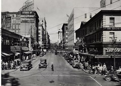 Looking up Pike Street from First Avenue, 1930 (Seattle Municipal Archives) Tags: seattle clock 1930s streetscenes pikestreet downtownseattle seattlemunicipalarchives