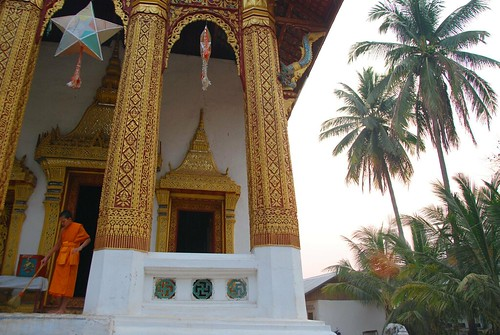 cleaning the wat, luang prabang
