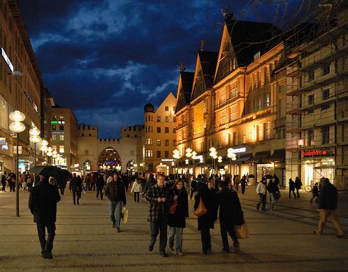 Neuhauser Strasse à noite. É a principal rua de pedestres de Munique, e termina na Marienplatz.