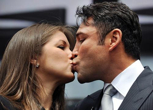 oscar de la hoya wife. Oscar De La Hoya kisses his