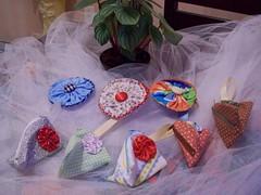 porta níqueis fuxicão e pirâmide (Mar de flores) Tags: flowers flores fuxico yoyo fux sandália chinelo tecido croche fuxicos fuxicando crochetando fuxicaria fuxic