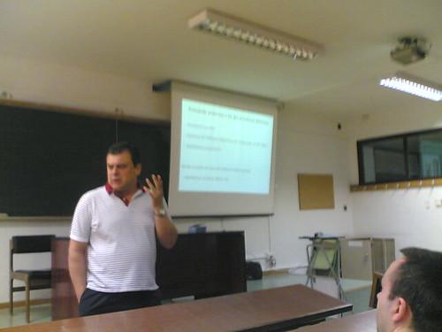 José Luis Gámez explicando la introducción a Linux