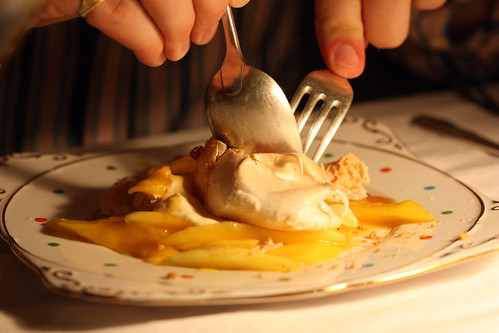 Meringue with salted caramel and mango