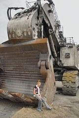 holly in 996 bucket (dalinean) Tags: big collie mine sigma machinery huge coal sd10 griffin immense liebherr