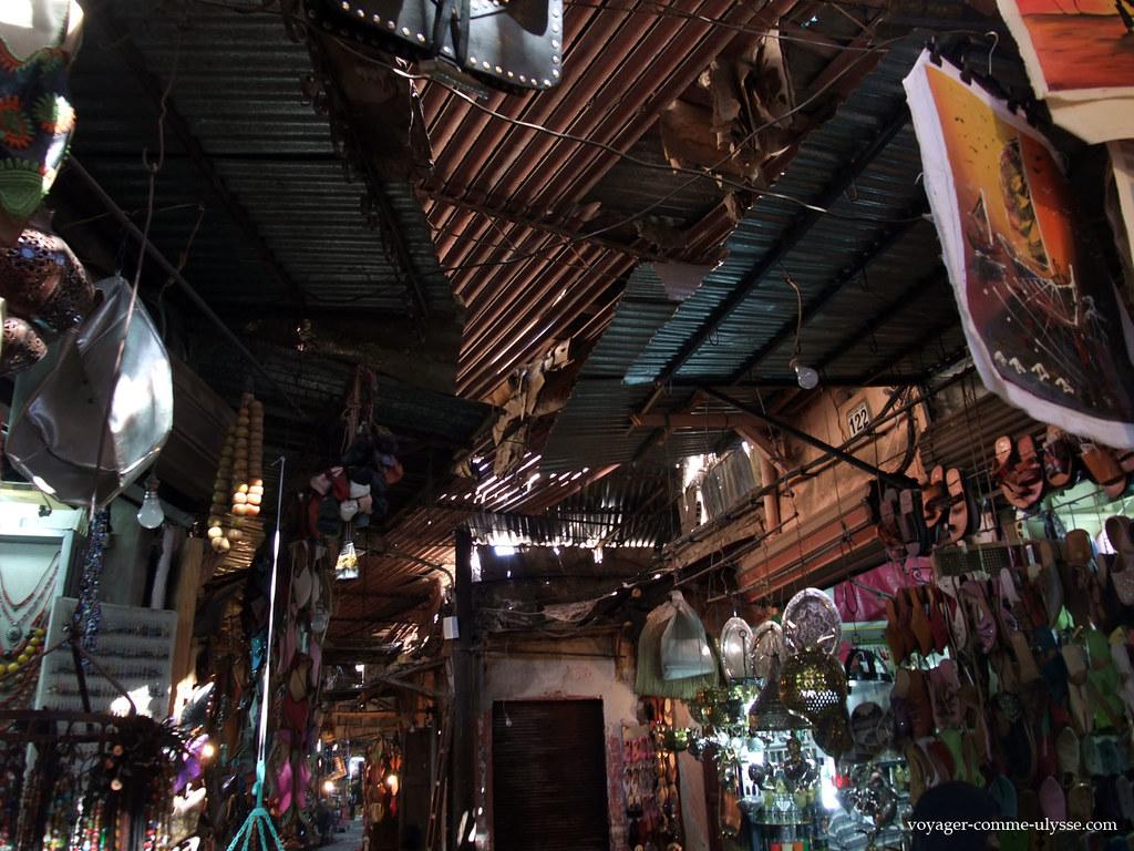 é preciso levantar a cabeça para ver-se tudo o que se vende nos zocos de Marrakech