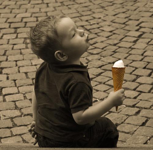 Kind mit Eis