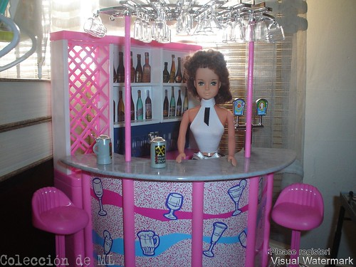 Muńeca gloria atendiendo su propio bar / Gloria doll as bartender of her own bar