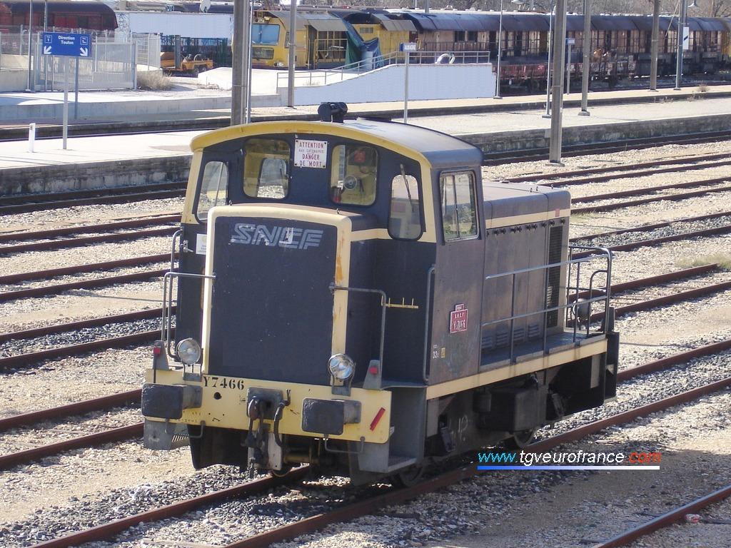 Un locotracteur thermique Y7400 en livrée d'origine avec marquage SNCF stationne en gare d'Aubagne le 13 janvier 2008.