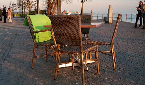 Stuhl mit grüner Decke