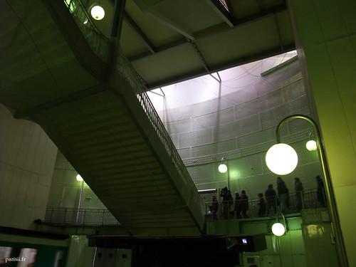 Escaliers suspendus vus de dessous