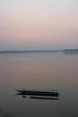 001.湄公河上的小船