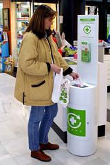 Una consumidora deposita los envases y restos de medicamentos en el Punto SIGRE