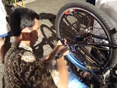 seperti biasa.., montir sepeda..
