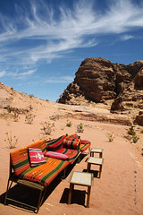Un alto no camiño (_madmarx_) Tags: travel mountains bench sand rocks petra banco jordan ceo area montaña jordania viaxe sinretocar platinumheartaward madmarx xordania