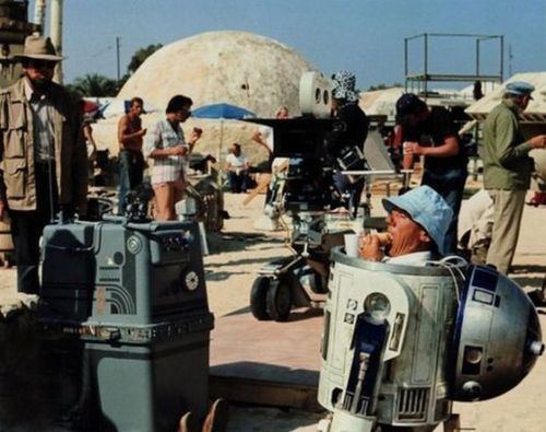 Kenny-Baker-as-R2-D2-eating-a-sandwich-on-set