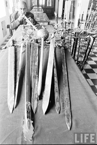 Fábrica de espadas, damasquinado y armaduras de Toledo en 1965. Fotografía de Carlo Bavagnoli. Revista Life (18)