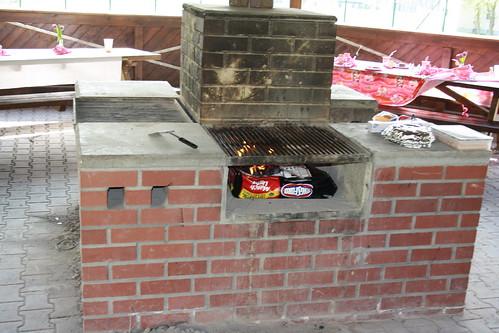 Komisch eigentlich, dass die Amis, wenn sie grillen einfach mal den ganzen Sack Kohlen inkl. Verpackung da rein werfen.