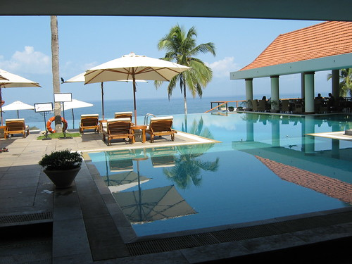 The pool - Hotel Leela Kempinski