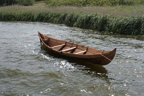 Nökkvi ein Wikingerboot liegt neben der Landebrücke in Haithabu - Museumsfreifläche Wikinger Museum Haithabu WHH  06-06-2009