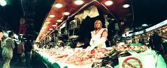 Peixetera (posado-robado) (almogaver) Tags: barcelona colors lomo colours fuji horizon vida catalunya boqueria 400asa sensia mercat fruita mercatdelaboqueria peix verdura fujisensia kompakt fujisensia400 strongcolours almogaver olors horizonkompakt sabors