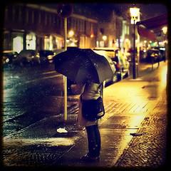 Waiting (96dpi) Tags: schnee snow umbrella vintage square 50mm prime waiting fake faux potsdam innenstadt warten schirm ef50mmf14usm friedrichebertstr