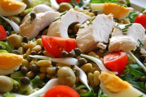 salade van kip, boontjes , tomaat, ei, ruccola en verse tuinkruiden