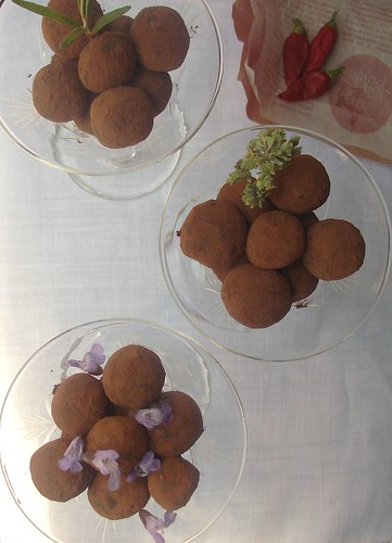 Tartufi di cioccolato modicano piccante alle erbe aromatiche mediterranee