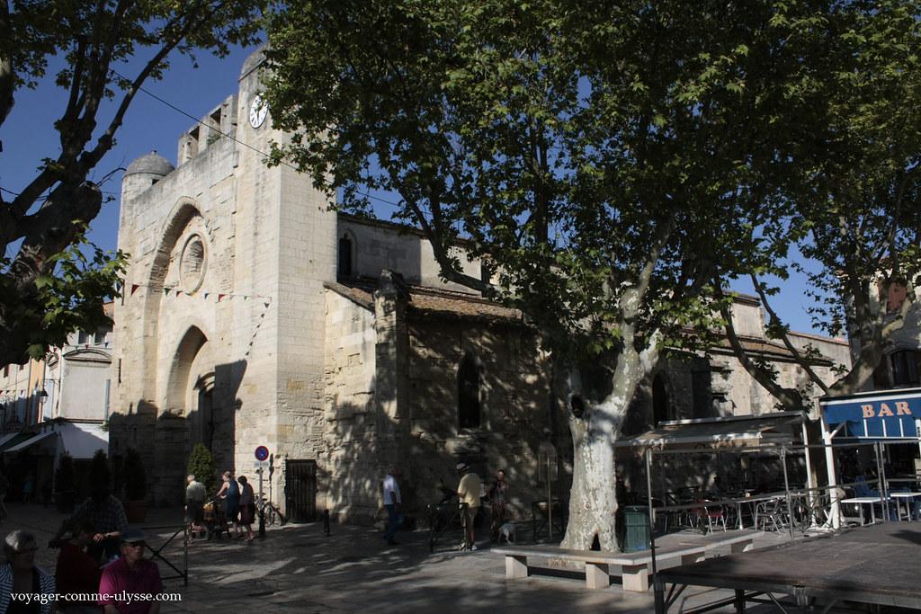 A Igreja Notre Dame des Sablons, vista da praça