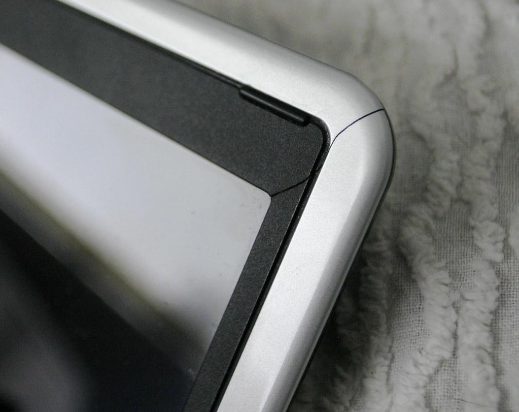 Dell Mini 9 Cracked LCD Bezel - 2