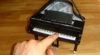 Klavier aus Papier (Papercraft)