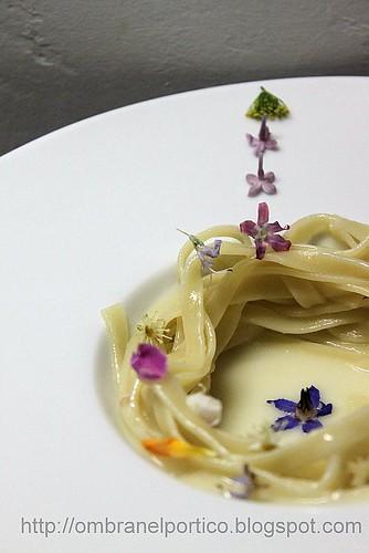 Tagliatelle con crema di parmigiano e fiori